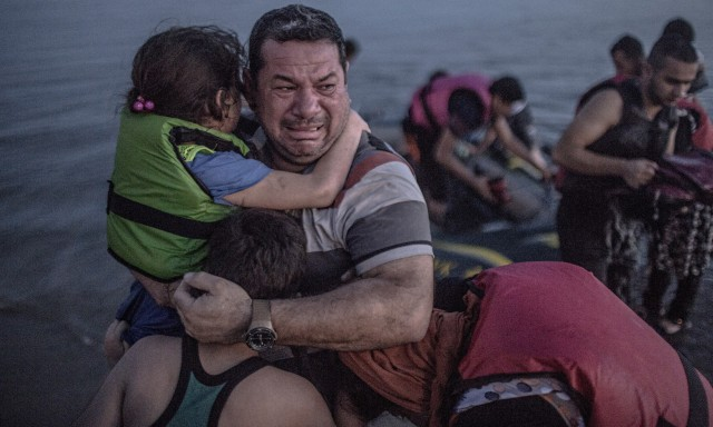 a-syrian-refugee-holding-009-640x384